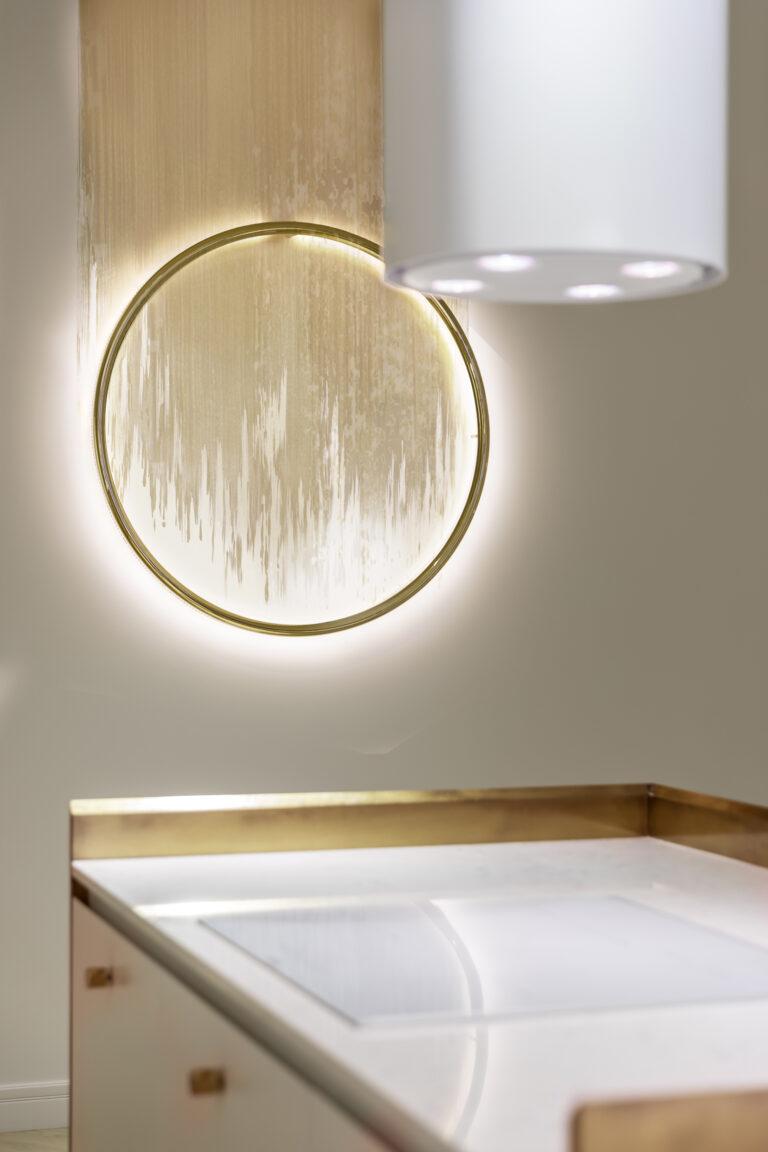 Біла квартира з золотими елементами декору